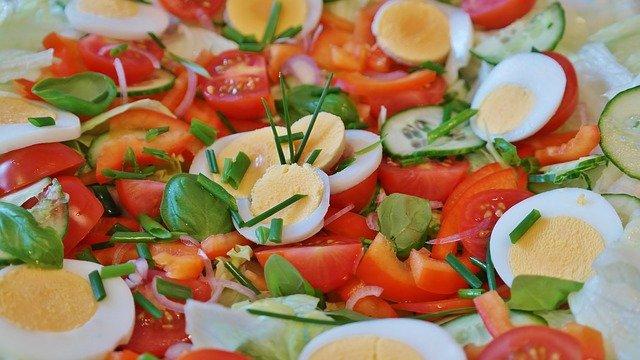 Salade aux oeufs durs, tomates et grenade